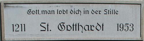 Tafel über dem Eingangsportal der St. Gotthardt-Kirche